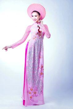 Áo dài lụa hồng thêu họa tiết chim công rực rỡ