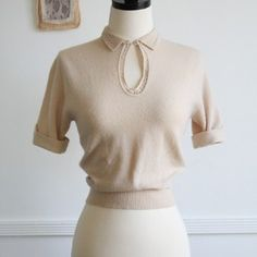 Vintage knit blouse, with keyhole detail, and peter pan collar.