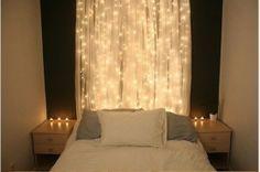 Tête de lit en guirlandes lumineuses + gase de coton