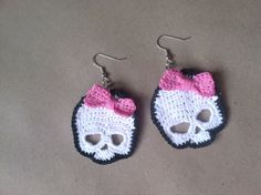 Pretty Crocheted Skull Pattern PDF by CsqDesigns on Etsy Crochet Fall, Halloween Crochet, Diy Crochet, Crochet Crafts, Yarn Crafts, Crochet Projects, Crochet Skull Patterns, Crochet Earrings Pattern, Skull Earrings