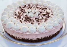 Browniekage med jordbær mousse Cake Cookies, Cupcake Cakes, Just Desserts, Delicious Desserts, Nake Cake, Cake Recipes, Dessert Recipes, Danish Food, Creative Cakes