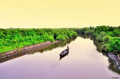 A canal on Vypeen Island , Kochi