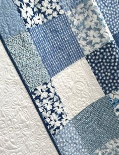 King Patchwork Quilt w/ Designer Fabrics Blue White Ella Collection Quilting For Beginners, Quilting Tutorials, Quilting Ideas, Whole Cloth Quilts, Fat Quarter Quilt, Decoupage, Quilt Batting, Baby Girl Quilts, Blue Quilts