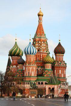 CATEDRAL SAN BASILIO: es famosa mundialmente por sus cúpulas en forma de bulbo. A pesar de lo que se suele pensar popularmente, la Catedral de San Basilio no es ni la sede del Patriarca Ortodoxo de Moscú, ni la catedral principal de la capital rusa, pues en ambos casos es la Catedral de Cristo Salvador. Como parte de la Plaza Roja, la catedral de San Basilio fue incluida desde 1990, junto con la conjunto del Kremlin, en la lista de Patrimonio de la Humanidad de Unesco.