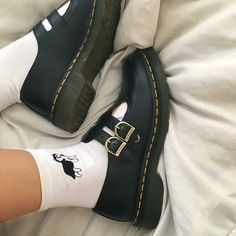 a photo of someone wearing black shoes with white socks Galaxy Converse, Vans Converse, Converse Chuck Taylor, Aesthetic Shoes, Aesthetic Fashion, Aesthetic Clothes, Aesthetic Black, Sock Shoes, Cute Shoes