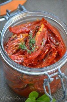 J'ai préparé à plusieurs reprises ce printemps des tomates confites et j'en ai refais le week-end dernier. C'est très facile à préparer et c'est un vrai délice, elles accompagneront parfaitement vos salades, vos plats de pâtes, vos cakes ou vos apéritifs... Keto Crockpot Recipes, Vegetarian Recipes, Cooking Recipes, Healthy Recipes, Chutney, Salty Foods, Tapenade, Healthy Cooking, Summer Recipes