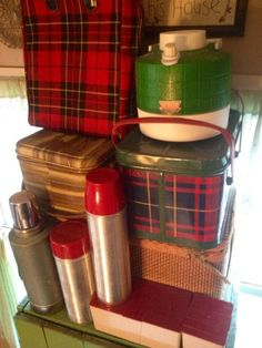 Lots of vintage camping goodness - thermoses, tin picnic baskets, picnic supplies Vintage Cabin, Look Vintage, Vintage Tins, Vintage Home Decor, Vintage Modern, Vintage Stuff, Vintage Picnic Basket, Vintage Lunch Boxes, Picnic Baskets