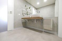 Vinylová podlaha SimpLay s dekorem betonu na toaletách, podlahy BOCA. / SimpLay vinyl flooring with the concrete design on the toillettes. Concrete Design, Vinyl Flooring, Floors, Bathtub, Bathroom, Projects, Home Tiles, Standing Bath, Washroom