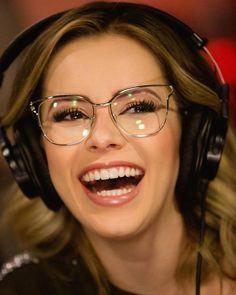 9eb26caa0936a Amamos as escolhas da cantora  sandyoficial 👓🖤 A armação dela é o Prada  54UV