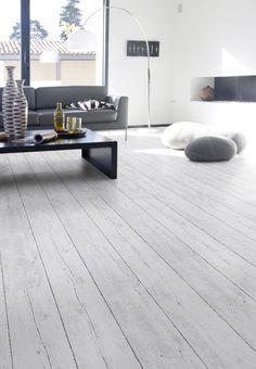 Houtlook Pvc vloer grijs. Bestel 6 GRATIS stalen op onze website handyfloor.nl | Home Stick - White pecan: Zelfklevende pvc vloer (848) | €17,95 / m² | Een pecanhouten vloer van pvc met de uitstraling van echt hout. De vloer schept ruimte, geeft rust en is toepasbaar in iedere ruimte. Mooi in een industriële witte keuken #white #wit #pvc #vinyl #stick #wood #houten #vloer #hout