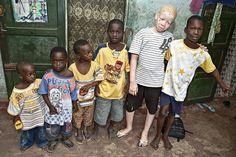 Mohamed Toure posa junto a su mejor amigo y su familia en Yeumbeul, a las…