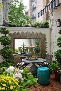 innenhgartenmöbel klappstühle runder tisch wandspiegel bodenbelag kachel weiße hortensien