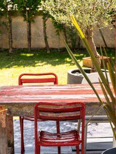 houten tafel met rode stoelen bloodnewlabel