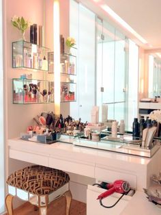 Want to style up your home with a beautiful vanity table? This section will give you an ultimate guide about how to choose the perfect vanity table. Makeup Desk, Makeup Rooms, Diy Makeup, Beauty Makeup, Makeup Tables, Vanity Tables, Makeup Counter, Huda Beauty, Glass Vanity Table