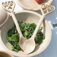 Love spoon salad servers. - questi mi piaciono da usare in cucina, se ce la fai!