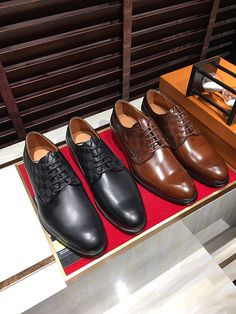 This is the latest style of ! Lv Men Shoes, Men's Shoes, Dress Shoes, Louis Vuitton Shoes, Oxford Shoes, Footwear, Mens Fashion, Luxury, How To Wear