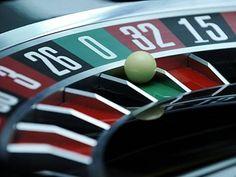 In Russland ist das Thema Glücksspiel besonders heikel. Mit den sogenannten Sperr-Zonen wurden die Casinos des Landes in ein Gebiet verbannt, wo Glücksspiel gestattet ist. In dem übrigen Land ist das Glücksspiel strengstens verboten, dies betrifft auch das Online-Glücksspiel.