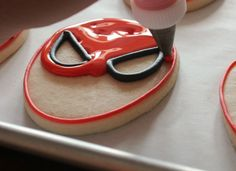 Easy instructions on how to make spider man cookies Spiderman Cookies, Superhero Cookies, Spiderman Theme, Superhero Cake, Royal Icing Cookies, Cupcake Cookies, Sugar Cookies, Flood Icing, How To Make Stencils