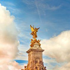 Queen Victoria Statue, Buckingham Palace, London via Cuba Gallery Club Monaco, Cuba, Victoria Memorial, Kingdom Of Heaven, London Photos, Sky And Clouds, Buckingham Palace, Great View, London England