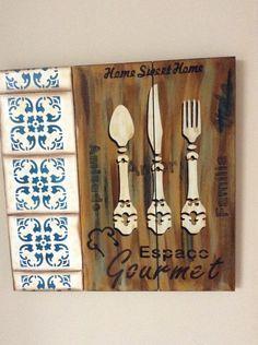 Placa espaço gourmet Lar doce Lar, em Mdf ripada imitando palet. Pintada à mão imitando azulejo português , em pintura com estêncil. O valor a ser pago é o valor do produto mais o frete.