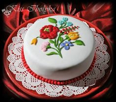 Birthday cake decorated with Hungarian pattern from Kalocsa. Pretty Cakes, Beautiful Cakes, Amazing Cakes, Unique Cakes, Creative Cakes, Cake Icing, Cupcake Cakes, Hungarian Cake, Valentine Cake
