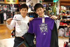 【大阪店】2014.06.05 キングスファンの結婚されるご友人の為に、その挙式前にわざわざ寄っていただきました!寄せ書きをしてプレゼントされるそうです^^ありがとうございました!! #nhl