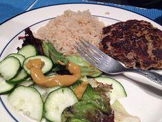 Arroz integral, hamburguinho caseiro grelhado, salada de folhas temperada com mostarda, azeite e sal.