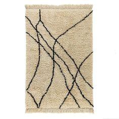 Le tapis Louka. Un style berbère, graphique et authentique. On aime le tracé brut de son motif géométrique irrégulier. Franges nouées main. Isolant thermique et phonique naturel, le tapis recompose l'espace, réchauffe une pièce, crée un sentiment de bien-être, de confort. C'est un élément de décoration qui apporte style et ambiance.Composition :- Tapis en pure laine naturelle épaisse. Caractéristiques- Type de fabrication : tutfé main- Poids : 2800 g/m²- Hauteur des poils : 4 à 5 cmEntr...