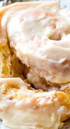 Good mornings are guaranteed with big giant cinnamon rolls. They're almost double the size of regular rolls and covered with cream cheese frosting! Breakfast Pastries, Breakfast Recipes, Dessert Recipes, Breakfast Ideas, Cinnamon Bun Recipe, Cinnamon Rolls, Pecan Rolls, Yummy Snacks, Delicious Desserts