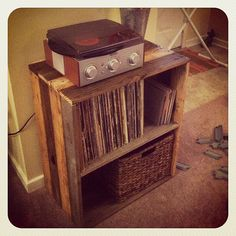Diy Record Player Stand Lovely Hubby Just Built This Sweet Pallet Record Stand for Me. Record Player Console, Record Table, Record Stand, Record Cabinet, Record Holder, Record Players, Diy Craft Projects, Diy Pallet Projects, Pallet Art