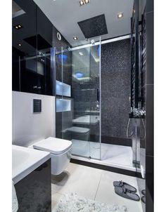 Biało czarna łazienka z prysznicem walk in