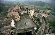 Alla scoperta di #Vigoleno ... straordinario esempio di borgo fortificato medievale in provincia di #Piacenza ...