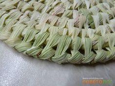 Красота и аккуратность готовой работы во многом зависит от того насколько ровно вы порвете листья Cute Crafts, Diy Crafts, Corn Husk Crafts, Basket Willow, Corn Husk Dolls, Weaving Patterns, Weaving Techniques, Dried Flowers, Basket Weaving