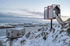 Construido en 2017 en Gildeskål, Noruega. Imagenes por Pasi Aalto . Serenidad, Aire Marino y Sensibilidad Trabajar en una isla pintoresca con las majestuosas montañas Lofoten como telón de fondo puede sonar como un...