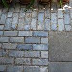 Een rand rondom van scoria bricks (wel mooi de hoek om) en dan in het midden een gote strakke betontegel voor een optimaal contrast