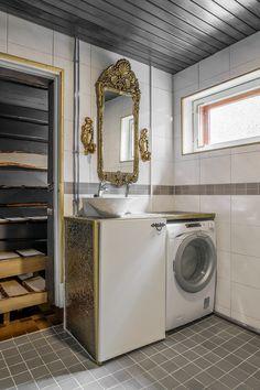 Kylpyhuoneessa on rohkeita kullanvärisiä elemettejä. Washing Machine, Home Appliances, House Appliances, Appliances