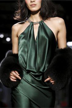 Close up at Azzaro Haute Couture Fall Couture Fashion, Runway Fashion, High Fashion, Fashion Show, Fashion Tips, Fashion Design, Elegant Dresses, Pretty Dresses, Beautiful Dresses