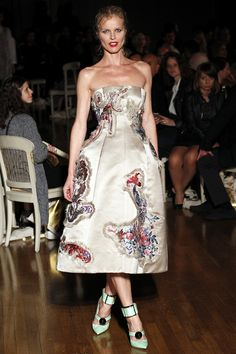 Eva Herzigova défilé Giles printemps-été 2016 Fashion Week Londres http://www.vogue.fr/mode/inspirations/diaporama/fwpe16-le-casting-de-stars-du-defile-giles-printemps-ete-2016/22649#eva-herzigova