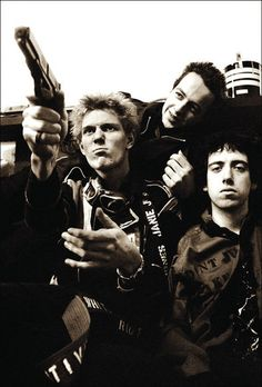 The Clash. Paul posa con una pistola de aire con Joe y Mick.