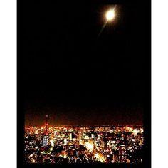 Instagram【soralin】さんの写真をピンしています。 《中秋の名月でしたね🌕 ・ 2013年に六本木ヒルズのスカイデッキから撮った中秋の名月です✨ スマホなんで粗くてすみません😓 ・ 会社が近くだったこともあり、よく会社帰りに六本木ヒルズのスカイデッキや展望台に行ってました。 カフェとかあってすごく落ち着くしなんかワクワクするので私の秘密のお気に入りスポットです😌 ・ 『六本木天文クラブ』というのに入会してて、スカイデッキで中秋の名月を見るというイベントに参加した時の1枚📸 ・ 来年は家族で見に行きたいな🌕 ・ ・ ・ #中秋の名月 #月 #スカイデッキ #六本木ヒルズ #六本木天文クラブ #六本木ヒルズ展望台 #moon #夜景 #東京タワー #東京タワー大好き #高いところワクワク #過去の写真ですみません》