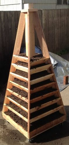 How To Build A Vertical Garden Pyramid Tower For Your Next DIY Outdoor Project So bauen Sie einen ve Strawberry Tower, Strawberry Planters, Strawberry Garden, Strawberry Patch, Verticle Garden, Vertical Planter, Tower Garden, Garden Boxes, Outdoor Projects