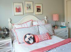 chambre d'ado pour fille en gris perle, blanc et corail avec abat-jour en chevrons chic