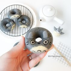 [Recipe post] Totoro doughnuts - Little Miss Bento - I Cook Different Cute Desserts, Asian Desserts, Delicious Desserts, Yummy Food, Totoro, Kawaii Dessert, Cute Donuts, Studio Ghibli, Cupcakes