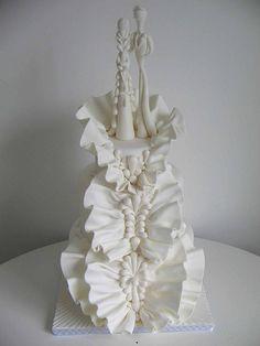 White ruffled cake with sculptured bride and groom (http://www.djalmareinaldo.com.br/index.php)