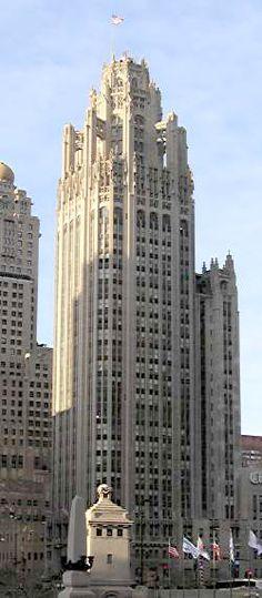 La Tribune Tower à Chicago, Etats Unis. 1922-1925 - Conçu par les architectes John Mead Howells et Raymond Hood. Construit pour abriter les bureaux du journal Chicago Tribune, ce gratte-ciel est de style néogothique. 141 m de haut, 34 étages. Il est en partie inspiré de la Tour de Beurre de la Cathédrale Notre-Dame de Rouen.