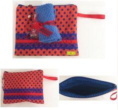 D I A • D A S • M Ã E S • 2 0 1 6   Vermelho de poá azul (kit importados)   Necessaire feita de composê de tecidos de algodão, alça vermelha, detalhes de fita de cetim vermelha e renda azul.  Vem com kit de importados: gel para mãos com cheiro e toalha de rosto.