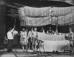 Giorgio Sommer - Drying pasta outside Napoli Old Photos, Vintage Photos, Unique Vintage, Italian Life, Pasta Maker, Naples Italy, Vintage Italy, Messina, Spaghetti