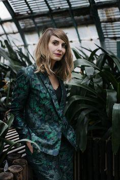 """Photo de mode : Céline Marks, 2017, pour le parfum """"La Nuit Trésor"""" de Lancôme, vert sombre, serre, 2010s Celine Marks, Lancome, 18th, Punk, Hairstyle, Sombre, Inspiration, Board, Lyon"""