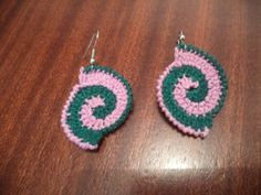 Deixo hoje aqui uns brincos feitos em croché com duas cores, rosa e verde. Sabe mais em http://www.artescirnetrigo.com/brincos-em-croche/