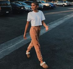 Ever wondered how to wear uggs during the summer? Zendaya has the answer! Style Outfits, Cool Outfits, Fashion Outfits, Black Girls Outfits, Girls Shoes, Moda Zendaya, Zendaya Street Style, Zendaya Maree Stoermer Coleman, Zendaya Outfits
